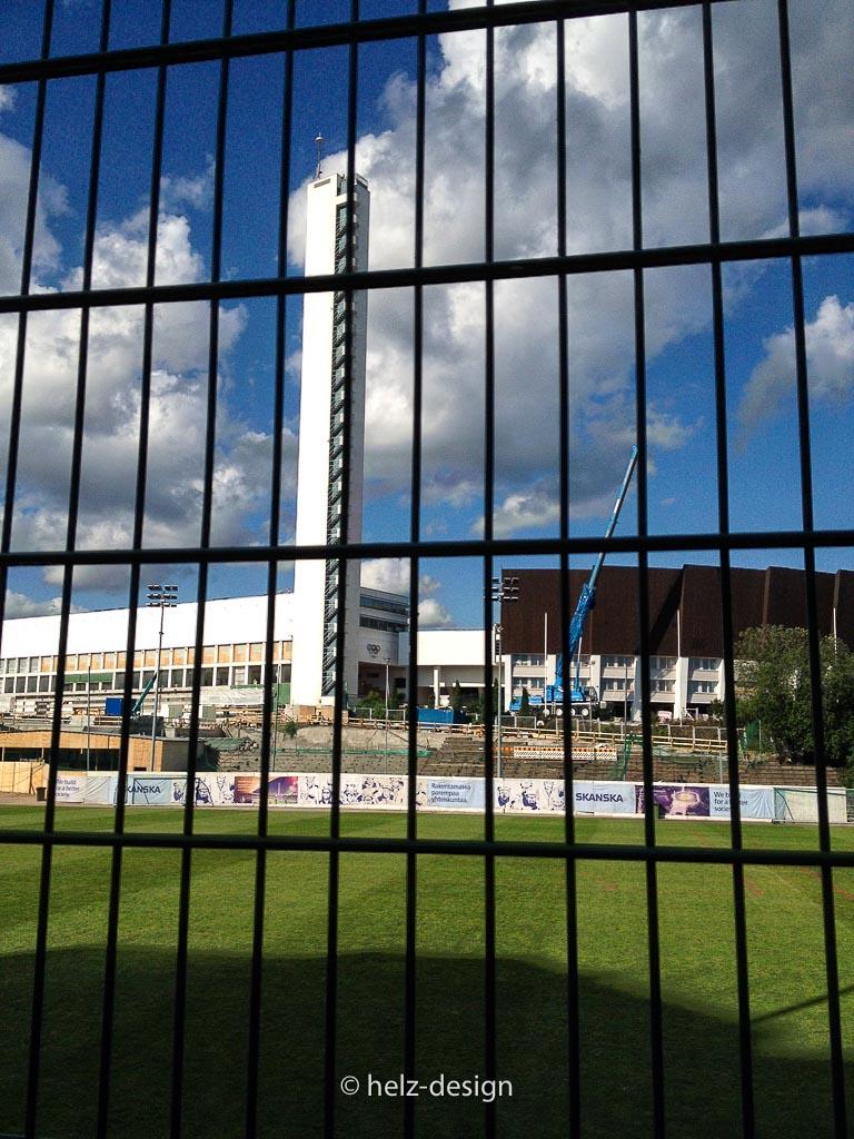 Töölön pallokenttä oder der Olympiaturm hinter Gittern