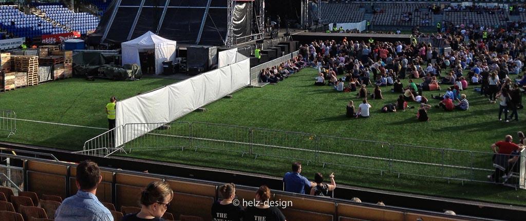 weiße Barrier zwischen vor der Bühne und Backstage