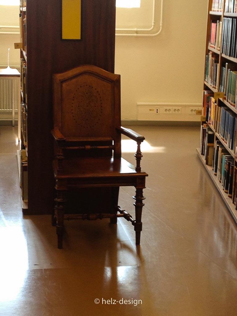 Zwischendrin immer wieder alte Stühle