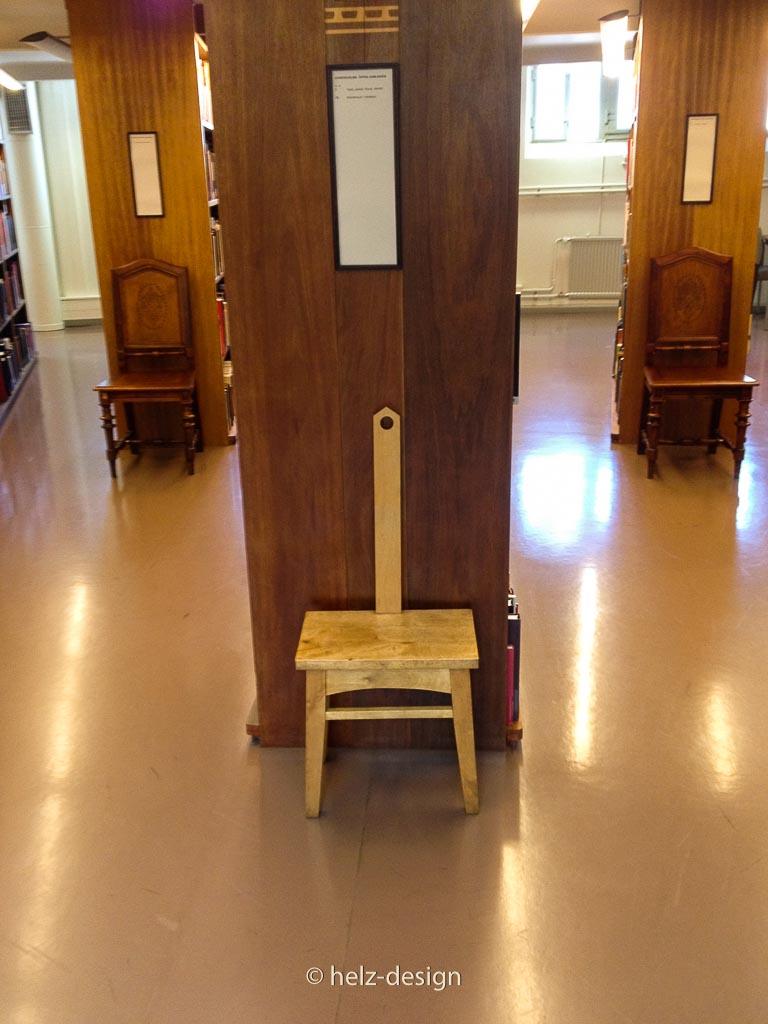 Stühle als Regalabschluß