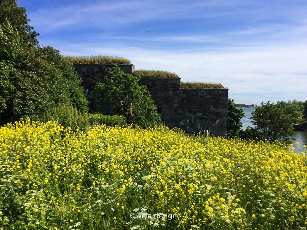 Festung mit blühendem Gelben