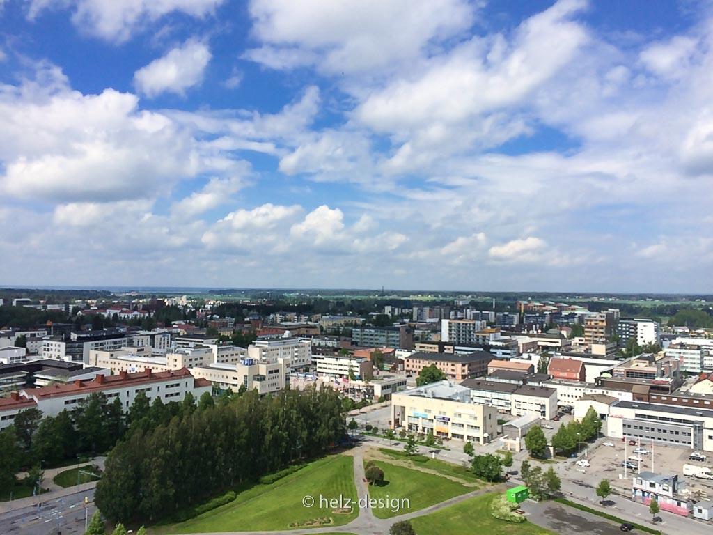 Das weiße Gebäude mit dem roten Dach (l): Seinäjoen Lyseon Koulu / Seinäjoki Lyzeum
