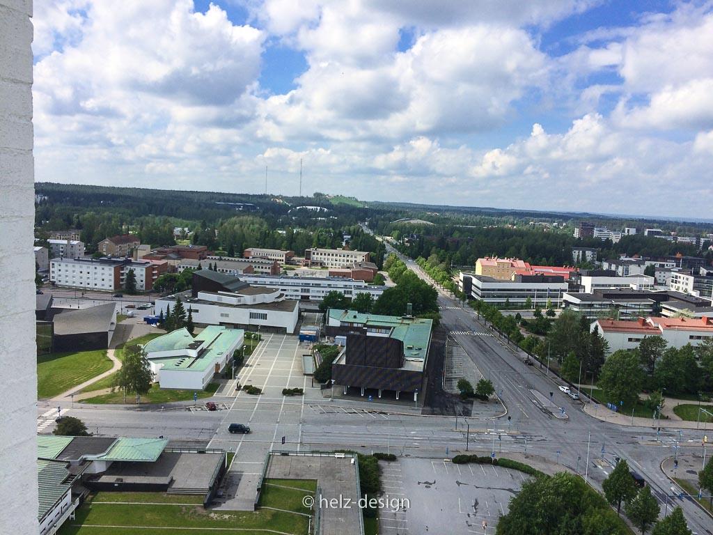 v.l.n.r.: Hauptbibiothek – Nebenbibliothek – Rathhaus, dahinter: Stadttheater – rechts der Straße: vorne Seinäjoen Lyseon Koulu dahinter: Länsi-Suomen verovirasto