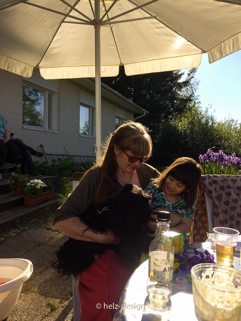Äiti kann mit Ulla und Aava gleichzeitig kuscheln