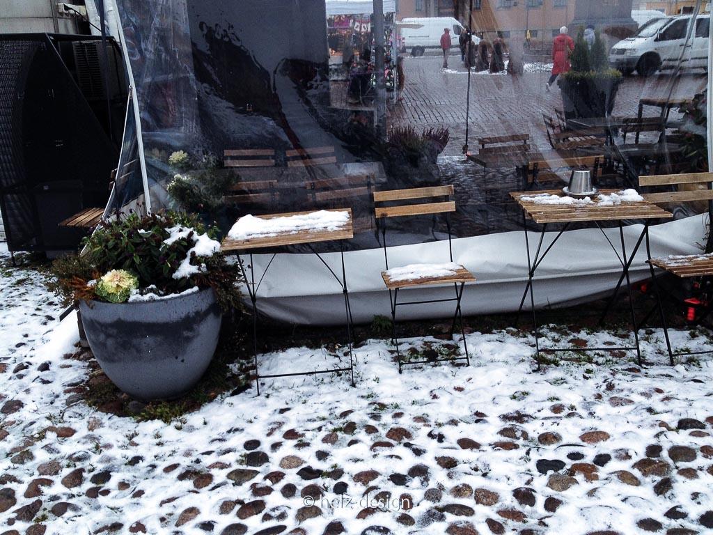Schneebedeckte Stühle am Grill